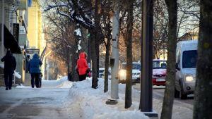 Människor och bilar i kylan