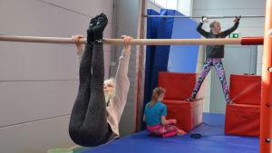 Flickor jumppar under gymnastiklektion som ordnas av Pargas IF.