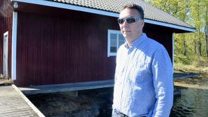 Antti Hannula med solglasögon.