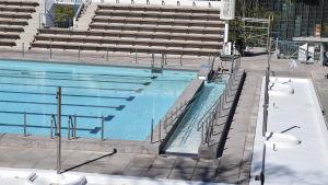 Samppalinna utebad har fått en ramp i ena ändan av bassängen för att förbättra tillgängligheten.