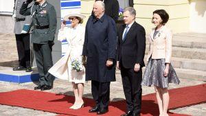 Från vänster: Drottning Sonja av Norge, kung Harald V av Norge, president Sauli Niinistö, fru Jenni Haukio.