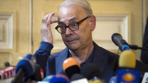Patrick Modiano håller presskonferens i Paris den 9.10.2014 med anledning av tillkännagivandet.