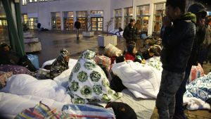 Flyktingar sover utanför migrationsverket i Malmö den 20 november.