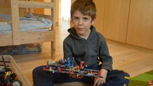 Benjamin Engblom insjuknade i leukemi och stod ut med sjukhusvistelserna med hjälp av lego.