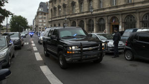 En poliskonvoj transporterar den terrormisstänkte Salah Abdeslam till hans första förhör i Paris efter att ha blivit utlämnad till Frankrike.
