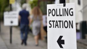 Skylt som visar vägen till vallokalerna i Storbritannien.