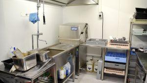 En diskmaskin i ett barackkök.