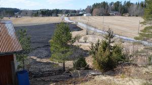 bränd åker, i förgrunden hörnet på en bod, pohjakkavägen i Borgå