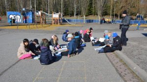 Elever jobbar utomhus.