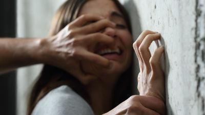 dejta en kvinna som blivit fysiskt misshandlad olje tank krok upp