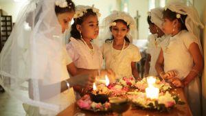 Några flickor förbereder sig för julmässa i en kyrka i Bangladeshs huvudstad Dhaka. Endast omkring en procent av befolkningen i landet utgörs av kristna.