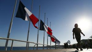 Fanska flaggan vajar på halvstång vid Promenade des Angalis i Nice.