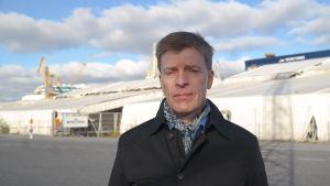 ÅA-professorn Kim Wikström utanför Meyer Turku varvet