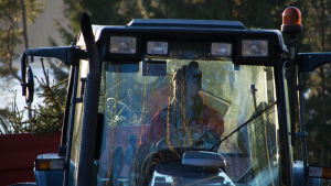 Man som kör traktor.