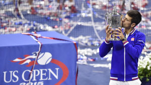 Novak Djokovic kysser pokalen efter segern i US Open.