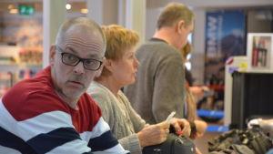 Kent Borg och familj var på väg till San Francisco. Bakom honom syns Rönnaug Egner som var på väg till Oslo.
