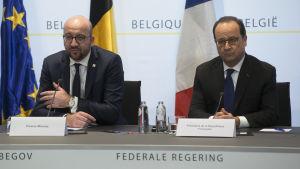 Frankrikes president François Hollande (till höger) och Belgiens premiärminister Charles Michel höll presskonferens i Bryssel den 18 mars 2016.