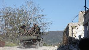Syriska regeringssoldater på väg till fronten i provinsen Latakia vid Medelhavet