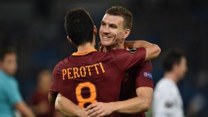 AS Romas Edin Dzeko och Diego Perotti kramar om varandra.