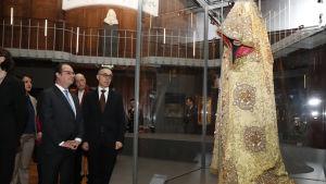 President Francois Hollande (tv) som här besöker det franska nationalbilbiotekets Richelieu-utställning ställer inte upp för omval i år