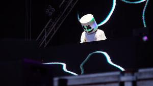 Den amerikanska artisten Marshmello uppträder iklädd helvitt och med huvudet täckt av en mask som ska föreställa en stor, vit godisbit.