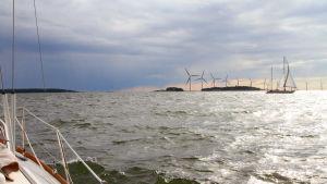 Illustration av vindkraftverk i Helsingfors skärgård, sett från Gustavssvärdssundet. I förgrunden Torra Mjölö.
