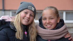 Sanni Ijäs och Edvina Langhoff vid Kvarnbackens skola i Borgå