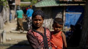 En rohingyamamma med sitt barn i ett burmesiskt flyktingläger. Tiotusentals muslimer har flytt undan förföljelser från sina hem i Rakhine-staten i västra Burma