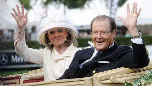 Skådespelaren Roger Moore och hustrun Kristina Tholstrup i Tyskland år 2013.