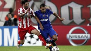Alejandro Dominguez och Carlos Tevez kämpar om bollen.
