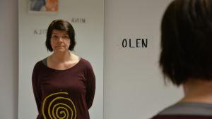 Konstnären Eila Saapunki i sin installation Tila på Hangö bibliotek.