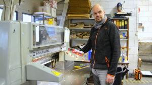 Kristian Willner med sin pappersskärare