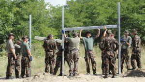 Ungerska soldater börjar bygga ett stängsel vid gränsen mot Serbien.