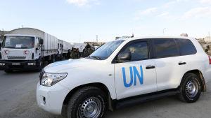 En hjälpkonvoj körde på torsdag över den turkiska gränsen in i Syrien men de 20 lastbilarna med mat, bränsle och mediciner har nu fastnat i norra Syrien