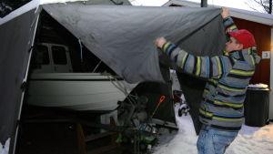 Sami Dahlberg tittar på sin båt.