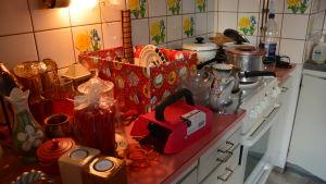 Kärl samlade på spis och arbetsbänk i kök.