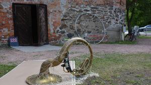 Ett blåsinstrument i ett nät.