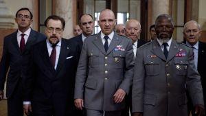 Ralph Fiennes (keskellä) elokuvassa Coriolanus, 2011