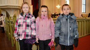 Eleverna Sofia, Bea och Maxim från Generalhagens skola i Lovisa.
