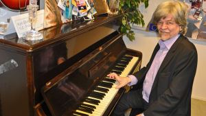 MA spelar en kort etyd på piano