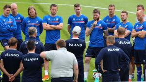 Islands landslag lyssnar på tränarnas goda råd inför kvällens kvartsfinal mot Frankrike.