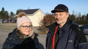 Rita Pihlgren-Haaparanta står utanför hålsovårdscentralen i Närpes tillsammans med sin man Hannu Haaparanta.