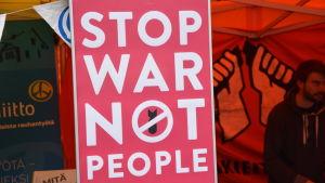 Demonstration mot krig och våld på världen i byn.