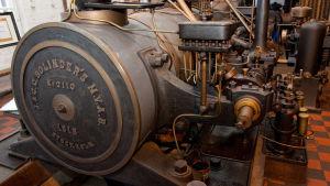 En gammal ångmaskin i ett museum.