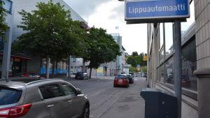 Parkeringsautomat och parkerade i bilar i centrum av Lojo.