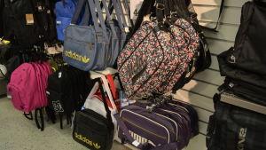 Väskor i affär.