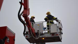 Skylift med brandmän.
