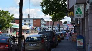 Tättparkerade bilar i centrum av Lojo stad.