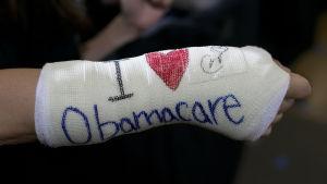 Gipsförband med texten Jag älskar Obamacare