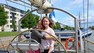 Tyra Vironmäki och Nicole Gustafsson ombord på skonaren Helena.